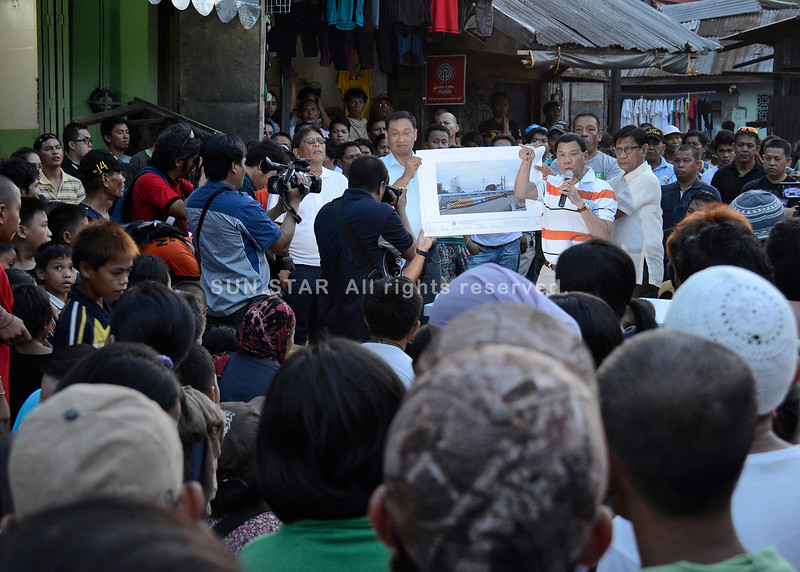 Davao mayor talks to informal settlers